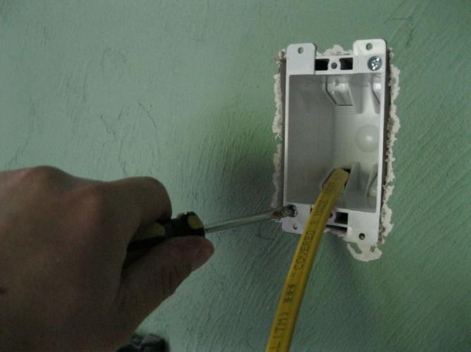 Ausblenden von Netzkabel und HDMI-Kabel für die Wand-TV