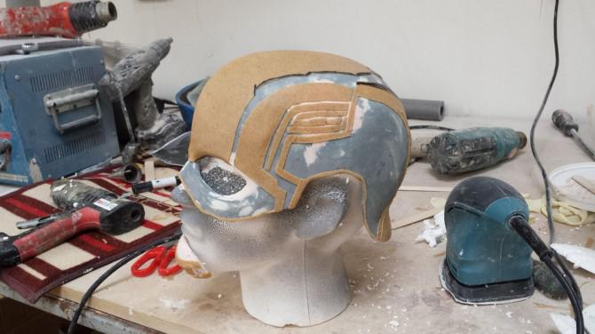 Captain America Helm mit vielen Materialien.
