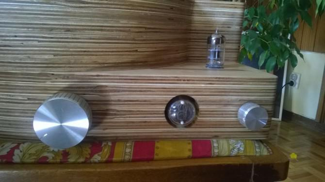 DIY-Plattenspieler mit Verstärker Vorverstärker und Puffer im Holzkasten
