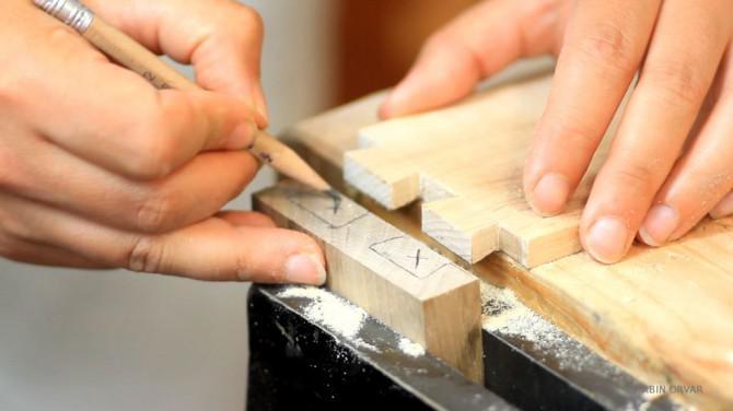 Der Aufbau einer Walnuss Schreibtisch w / a Mahagoni Top