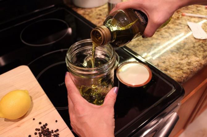 Gießen Sie Ihren Olive Oil für ein schmackhafter Abendessen