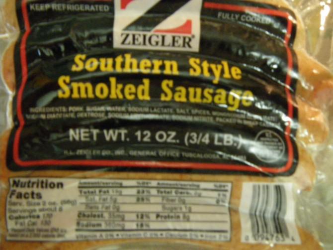Langsam gebacken BBQ Bohnen und Southern Style geräucherte Wurst
