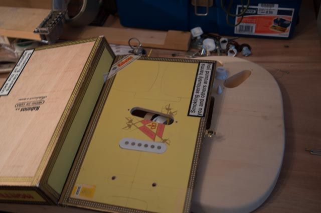Elektrische Cigar-Box Gitarre w / in-Verstärker Eingebaute