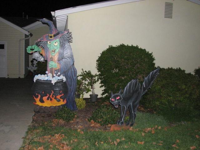 Halloween schwarze Katze mit glühenden Augen