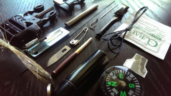 Paracord Armband mit Survival Kit: Gestalten Sie Ihre über Sofort Bug Out-Armband mit einem Erste-Hilfe-Kit ausgestattet, Feueranzünder, Angelbedarf, Lineal, Kompass, Messer und vieles mehr.