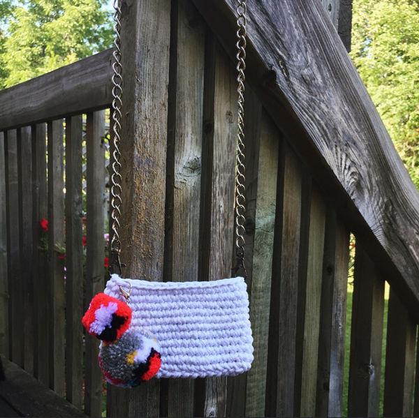 Schalten Sie ein T-Shirt zu einem Crochet Geldbeutel