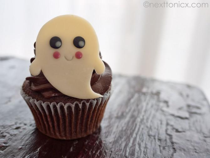 Kawaii Halloween-Kuchen-Deckel mit Modelling Schokolade erstellt