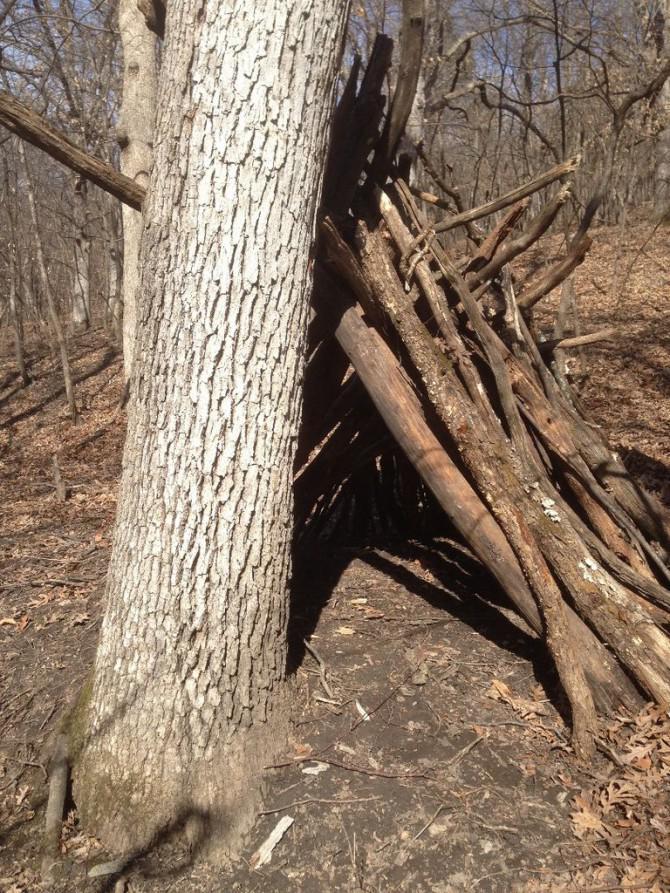 Wie man ein Überlebens-Camp Site in den Wäldern machen