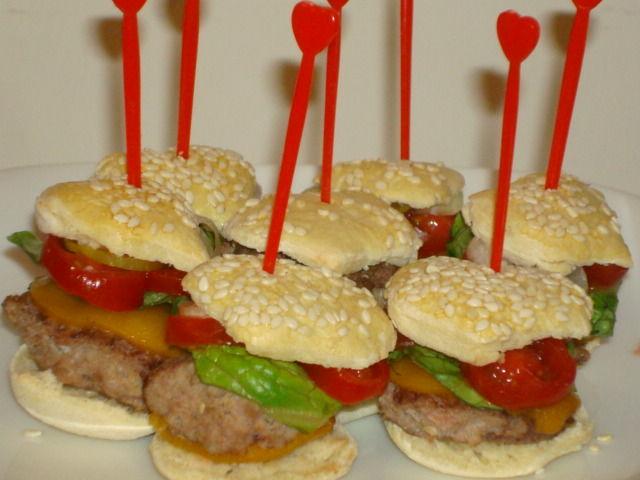 Heart Shaped Mini Cheese Burger mit Französisch Fries