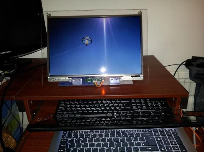 Drehen Sie einen toten Laptop in ein Monitor mit Plexiglas Ständer