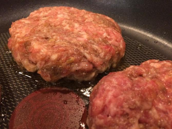 Super Juicy Pork Burger mit Speck und Pilzen