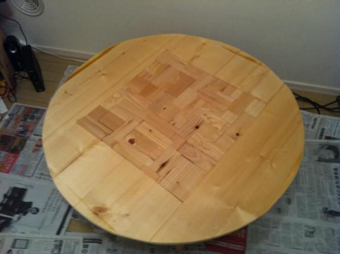 Runder Holztisch mit Karo-Muster