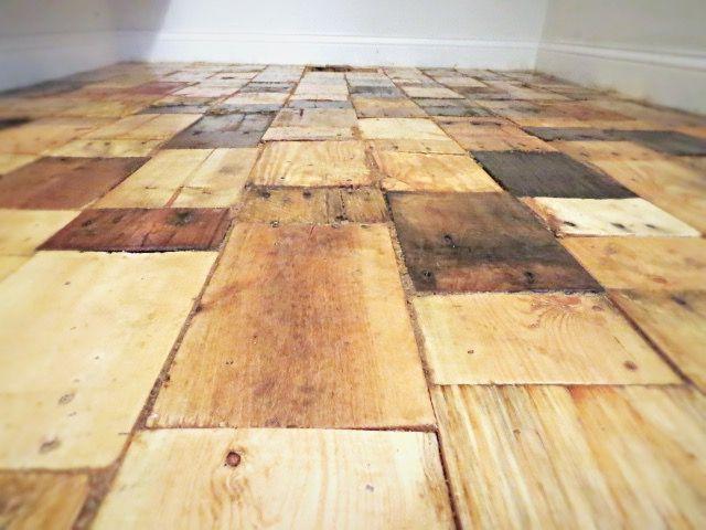 Erstellen eines DIY Pallet Holzboden mit freien Holz