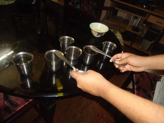 Wasser + STEEL CUP + STEEL LÖFFEL = TUNE - ein einfaches Instrument