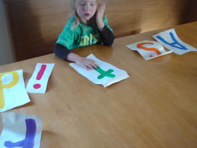 Wie Sie Ihre zwei Jahre alte zu bekommen, um ihren Namen zu buchstabieren, bevor sie drei dreht