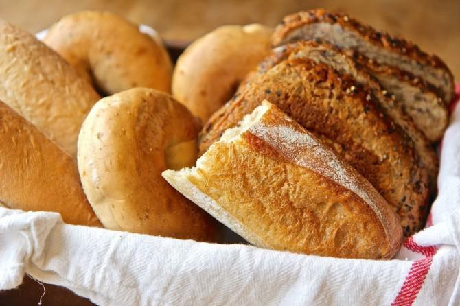 3 Wege, um altes Brot Revive