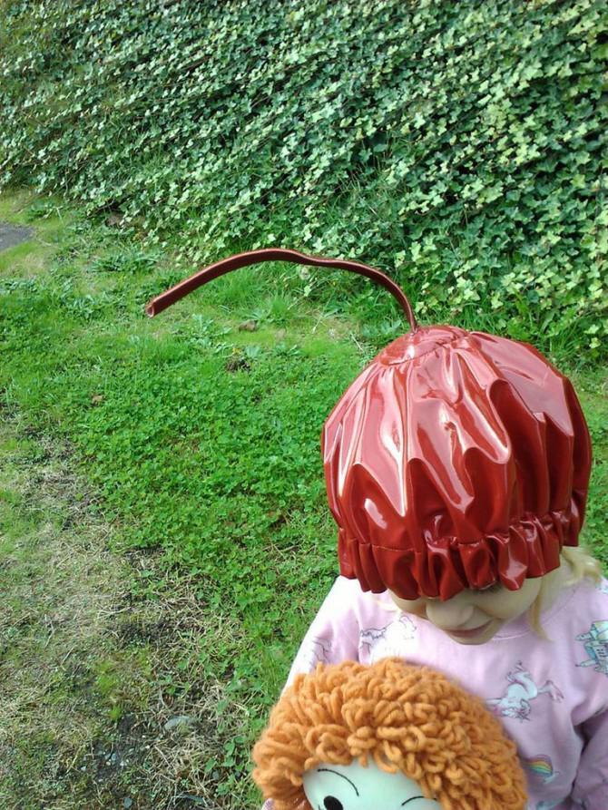 Kuchen-Kostüm mit einer Kirsche auf die Oberseite