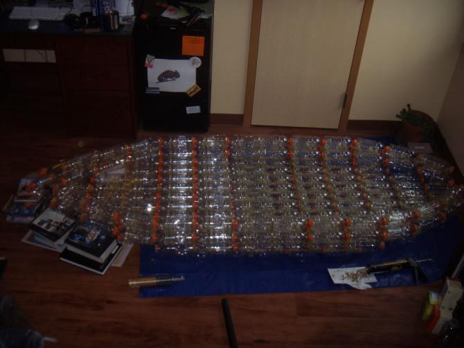 Machen Sie einen offenen Kajak aus recycelten Flaschen