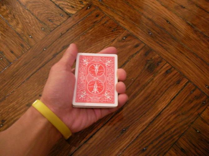 Deal / flick Karten aus einem Stapel, mit einer Hand