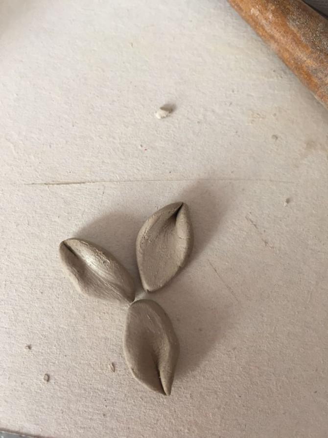 Wie man eine einfache Blume in Ton Stellen