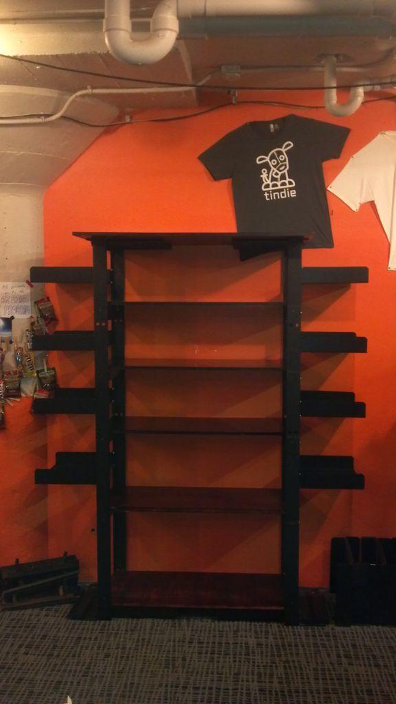 Bauen Sie ein Bücherregal von einem alten Server-Rack und Altholz.