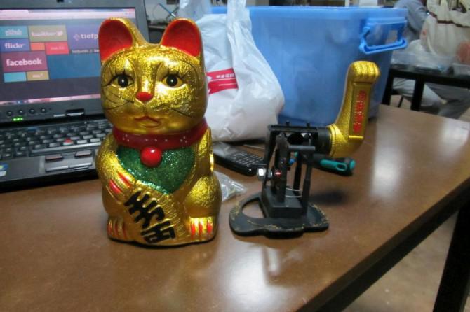 Hacking eine Katze zuwinkend