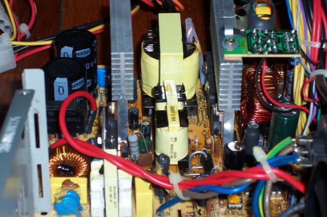 Werfen Sie einen Blick innerhalb eines ATX Computer-Netzteil