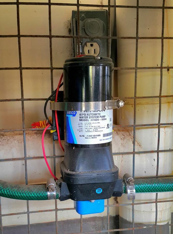 Solarbetriebene Wasserpumpe mit Drehzahlregelung über Computer.