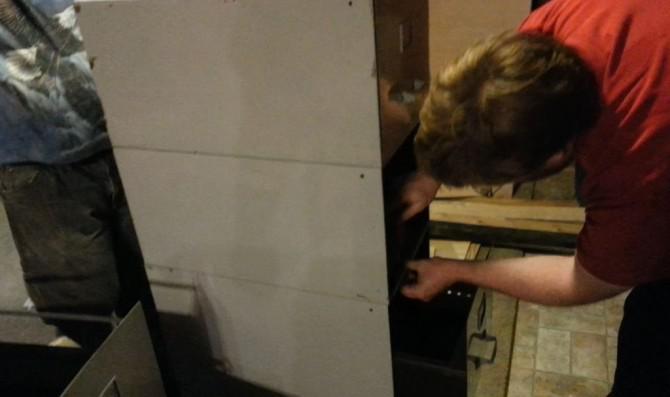 Erstellen Sie eine Werkzeug-Standplatz von einem alten Aktenschrank