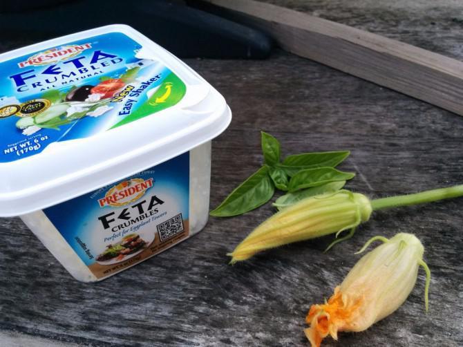 Fried Squash Blossoms mit Feta und Basilikum gefüllte