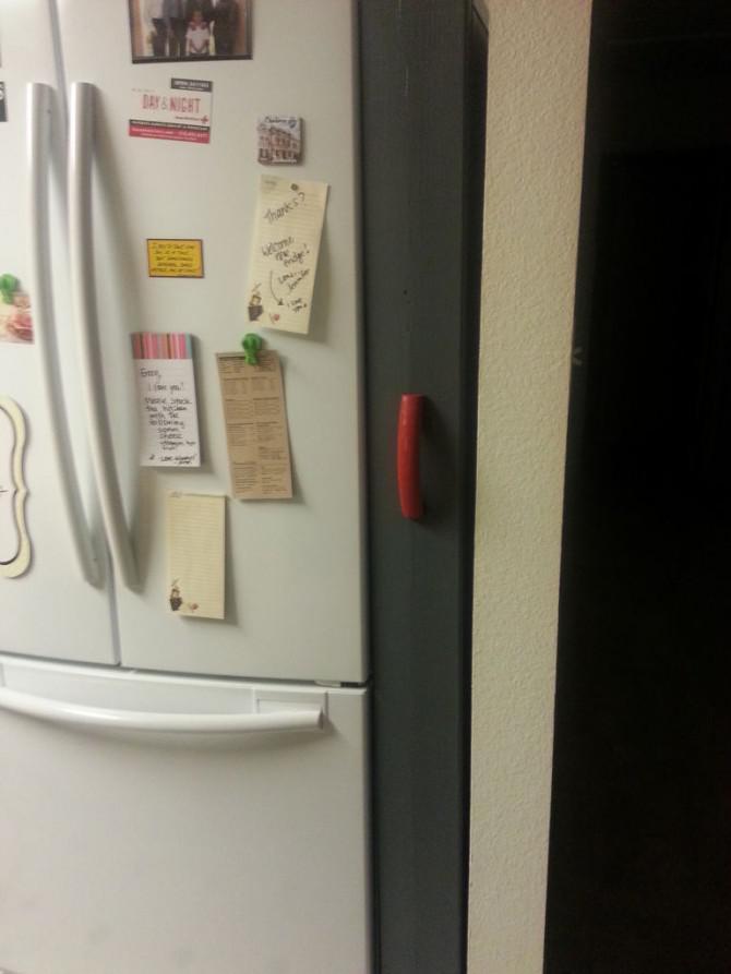 Leeren Raum neben dem Kühlschrank?  Machen Sie eine Roll-Out Pantry